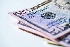 Cincuenta billetes de dólar que ponen en un fondo blanco Fotografía de archivo