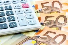 Cincuenta cuentas euro y una calculadora Foto de archivo libre de regalías