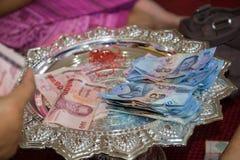 Cincuenta y cientos billetes de banco de Tailandia del baht en una bandeja Imagenes de archivo
