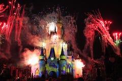 Cinderella Castle som är upplyst på natten vid fyrverkerier, magiskt kungarike, Disney arkivfoto