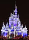 Cinderella Castle som är upplyst på natten, magiskt kungarike, Disney Arkivbild