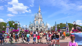 Cinderella Castle Walt Disney World Det magiska kungariket parkerar, Orlando USA stock video