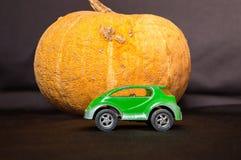 Cinderella Pumpkin Moderne bus voor Cinderella - groene auto Stock Foto