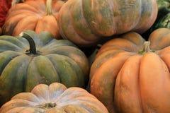 Cinderella Pumpkins en el mercado Fotos de archivo libres de regalías