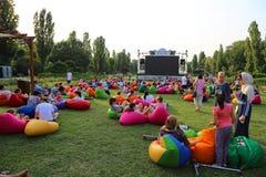 Cine al aire libre en el parque Imagenes de archivo