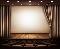 Cine con la pantalla, la cortina y los asientos blancos Foto de archivo