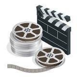 Cine con los discos de la cinta de la película de la película en cajas y la chapaleta de los directores para el rodaje de películ Fotografía de archivo