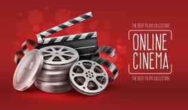 Cine en línea con los discos de la cinta de la película en cajas y la chapaleta de los directores para la cinematografía Fotografía de archivo libre de regalías