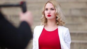 Cineasta del indie que camina hacia el modelo almacen de metraje de vídeo