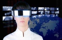 Cinema futurista de prata da notícia da tevê da mulher dos vidros Imagem de Stock Royalty Free