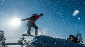 Cinemagraph Αρχάριος snowboarder σε ένα άλμα με μια ελαφριά αφετηρία χιονιού, χειμερινό τοπίο, τηλεοπτικός βρόχος διανυσματική απεικόνιση
