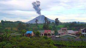 Cinemagraph της έκρηξης ηφαιστείων Sinabung στο Βορρά Sumatra, Ινδονησία απόθεμα βίντεο