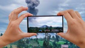 Cinemagraph принимать передвижное фото извержения северной Суматры вулкана Sinubung, Индонезии видеоматериал