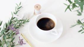 Cinemagraph Чашка кофе, wedding букет, silk лента и золотая ручка на белой предпосылке таблицы Ветви евкалипта сток-видео