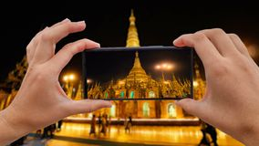 Cinemagraph av att ta det mobila fotoet av den guld- Shwedagon pagoden i den Myanmar Burman stock video