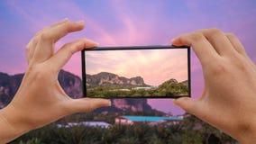 Cinemagraph av att ta det mobila fotoet av rosa soluppgång på tropiskt område för kalkstenberg Khao sok, Thailand lager videofilmer