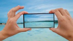 Cinemagraph av att ta det mobila fotoet av Seascape med Crystal Clear Turquoise Water på Sunny Day tropisk fjärdö lager videofilmer