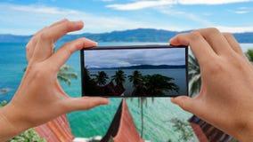 Cinemagraph av att ta det mobila fotoet av Toba sjön från den Samosir ön, norr Sumatra, Indonesien stock video