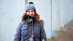 Cinemagraph av den unga kvinnan utanför med konfettier som regnar på henne
