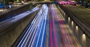 Cinemagraph av nattplatsen av stads- trafik Tid schackningsperiod - slingaeffekt - lång exponering - 4K (06)