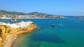 Cinemagraph - barche che galleggiano vicino al porto della città di Ibiza sull'isola di Ibiza Onde leggere nel porto su soleggiat video d archivio