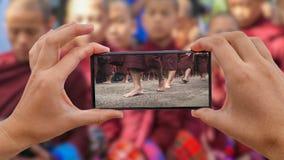 Cinemagraph brać fotografię datki Daje ceremonii Birmański michaelita spacer i gromadzenia się jedzenie Tak nietoperz w Mandalay zbiory