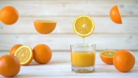 Cinemagraph - colada del zumo de naranja en un vidrio almacen de video