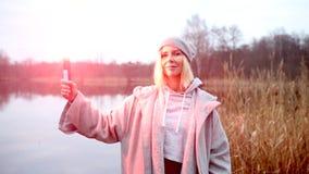 Cinemagraph de femme se tenant dehors avec la torche brûlante banque de vidéos