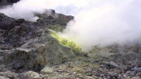 Cinemagraph de fumarolas que fuman en el volcán activo cerca de Berastagi, Sumatra del norte, Indonesia de Sibayak metrajes