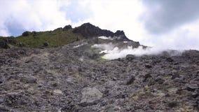 Cinemagraph de fumarolas que fuman en el volcán activo cerca de Berastagi, Sumatra del norte, Indonesia de Sibayak almacen de video