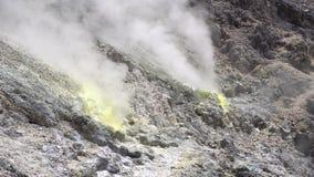 Cinemagraph de fumarolas que fuman en el volcán activo cerca de Berastagi, Sumatra del norte, Indonesia de Sibayak almacen de metraje de vídeo