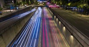 Cinemagraph de la escena de la noche del tráfico urbano Lapso de tiempo - efecto del rastro - exposición larga - 4K (01) almacen de metraje de vídeo
