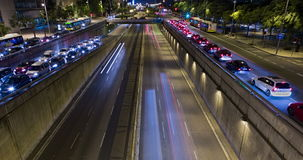 Cinemagraph de la escena de la noche del tráfico urbano Lapso de tiempo - efecto del rastro - exposición larga - 4K (01) almacen de video