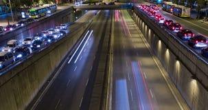 Cinemagraph de la escena de la noche del tráfico urbano Lapso de tiempo - efecto del rastro - exposición larga - 4K (06) almacen de metraje de vídeo