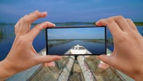 Cinemagraph de prendre la photo mobile du bateau d'équitation au lac Inle en Sunny Weather POV banque de vidéos