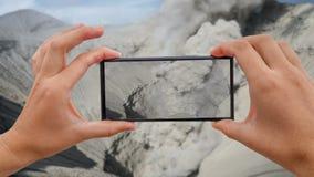 Cinemagraph de tomar a foto móvel da cratera do vulcão de Bromo no parque nacional de Bromo Tengger Semeru, East Java vídeos de arquivo