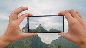 Cinemagraph de tomar la foto móvil de la montaña de la piedra caliza en tiempo nublado en Khao Sok, Tailandia almacen de metraje de vídeo