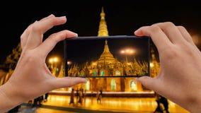 Cinemagraph de tomar la foto móvil de la pagoda de oro de Shwedagon en Myanmar Birmania almacen de video