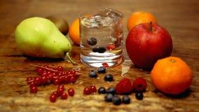 Cinemagraph della tavola con la frutta fresca ed il bicchiere d'acqua video d archivio