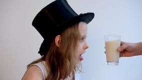 Cinemagraph di giovane ragazzo che esamina bicchiere di latte archivi video