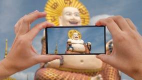 Cinemagraph di presa della foto mobile di Buddha di risata cinese al tempio di Plai Laem - simbolo principale e punto di riferime stock footage