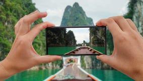 Cinemagraph di presa della foto mobile del naso di legno tradizionale della barca di Longtail Front View alle scogliere del calca video d archivio