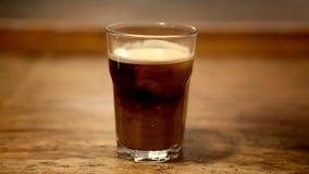 Cinemagraph di vetro di caffè con crema video d archivio