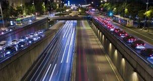 Cinemagraph doble de la escena de la noche del tráfico urbano Lapso de tiempo - efecto del rastro - exposición larga - 4K (02) almacen de video