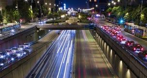 Cinemagraph doble de la escena de la noche del tráfico urbano Lapso de tiempo - efecto del rastro - exposición larga - 4K (03) almacen de metraje de vídeo