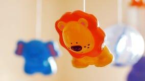 Cinemagraph - juguetes coloridos para recién nacido (móvil) en luz natural Foto del movimiento metrajes