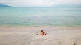Cinemagraph młoda kobieta relaksuje na plaży zbiory