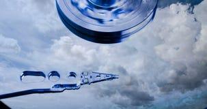 Cinemagraph, movimentação de disco rígido com refletido nele o tempo-lapso das nuvens, o conceito do armazenamento da nuvem, laço vídeos de arquivo
