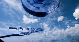 Cinemagraph, movimentação de disco rígido com refletido nele o tempo-lapso das nuvens, o conceito do armazenamento da nuvem, laço ilustração stock
