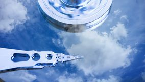 Cinemagraph, movimentação de disco rígido com refletido nele o tempo-lapso das nuvens, o conceito do armazenamento da nuvem, laço ilustração royalty free
